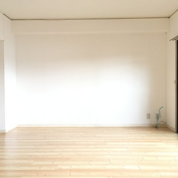 真っ白な壁に柔らかな木材の床。ナチュラル!