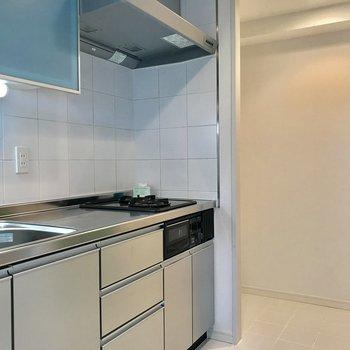キッチン奥に冷蔵庫ですね!スペース十分です!