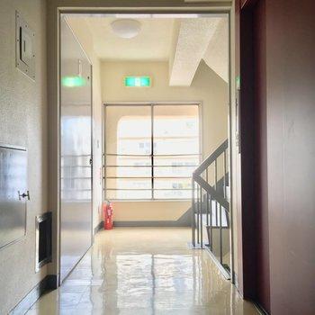 このエレベーターホール、のすたるじあ〜を感じます