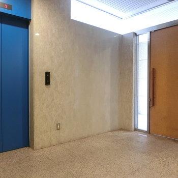 エントランス。鮮やかなエレベーター