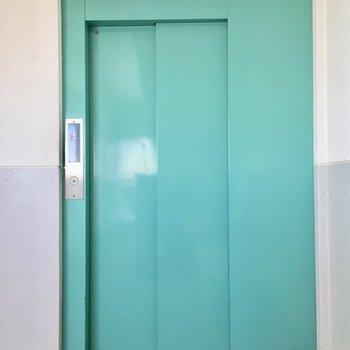 エレベーターのミントグリーン色がきれい。