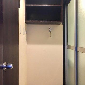 サニタリースペース。右がお風呂で左がトイレ。正面に洗濯機です。