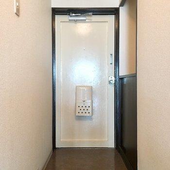 白い扉の清潔感のある玄関。