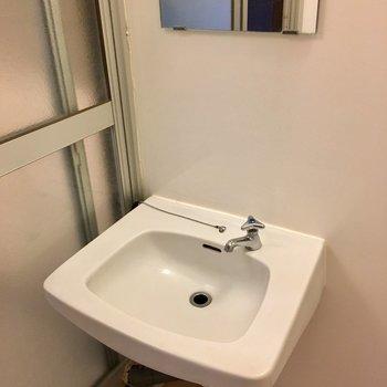 お風呂に洗面台ですが広いのでお湯はかかりにくそう。
