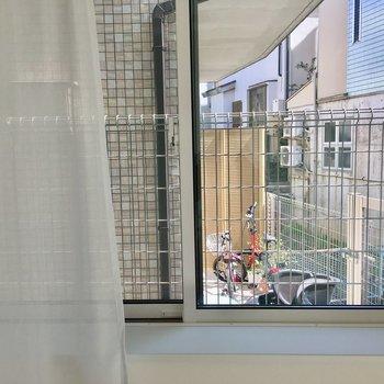 東側の出窓の向こうはお隣さんの玄関です。