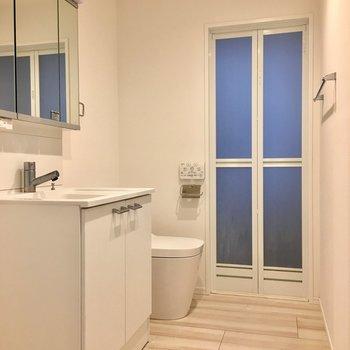 洗濯機、洗面台、トイレが並ぶサニタリーはゆったり。