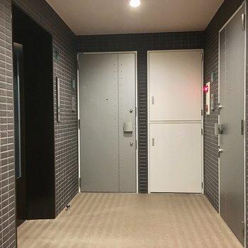 4階のエレバーターを上がったすぐ前、右のドアがお部屋です。