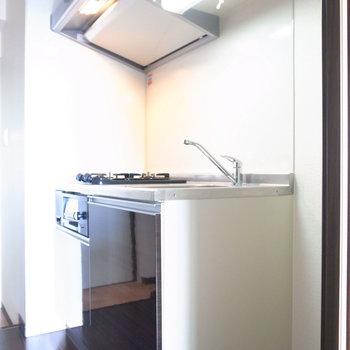 キッチンの右手前に冷蔵庫を置けます。