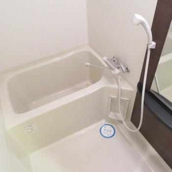 お風呂も綺麗ですね(※写真は10階の反転間取り別部屋のものです)