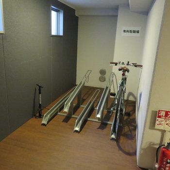エレベーター横にその階の人が使う自転車置き場が