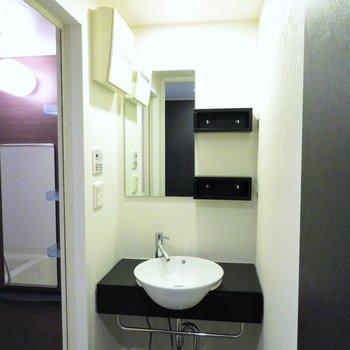収納は少ないですが洗面台もしっかりと(※写真は10階の反転間取り別部屋のものです)