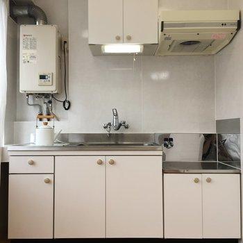 キッチンはsンプルなホワイト!取っ手の丸みがかわいいです。