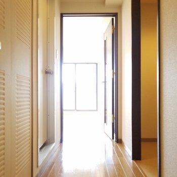 玄関から廊下方面。