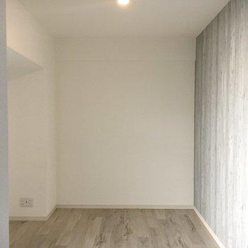 洋室1部屋目。床のテイストがリビングと違うのもいいなぁ。