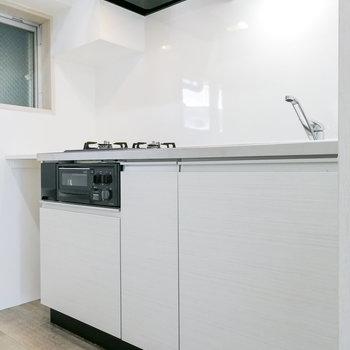 白で統一されたキッチン。