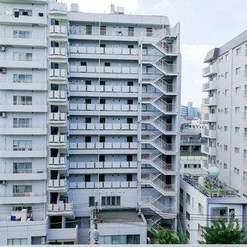 目の前にはマンション。