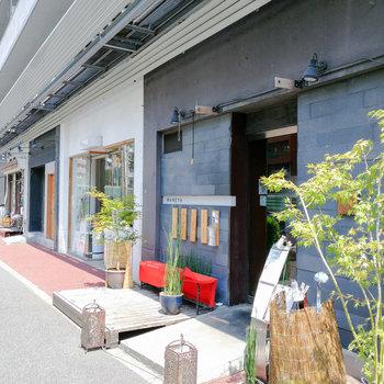 1階の道路側にはお店がズラリ。飲食店や洋服店などなど。