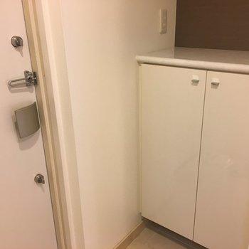 玄関はコンパクトに。(※写真は8階の同間取り別部屋のものです)