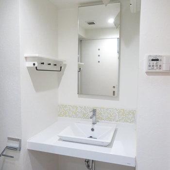 洗面ボウルのそばには洗顔など置きましょう(※写真は2階の同間取り別部屋のものです)