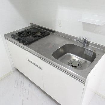 2口コンロに作業スペースもしっかりと。上の洗剤を置けそうなスペースがありました(※写真は2階の同間取り別部屋のものです)