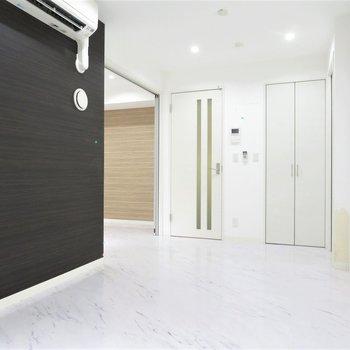 白の中に「黒」パキッとしたお部屋です(※写真は2階の同間取り別部屋のものです)