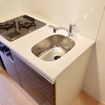 調理スペースはコンパクトながら2口グリル付き。