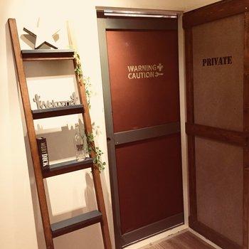 ドアもデザインが全て違います♪右手側から脱衣所へ。
