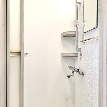 シャワールームでさっと汗が流せますね