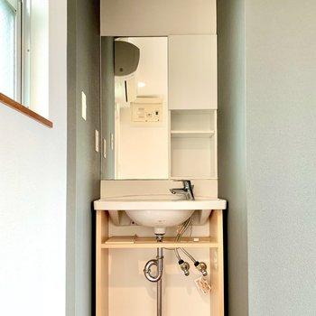 洗面台は玄関の隣に