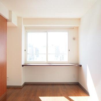 ベッドは横向きにおいてこの壁ヘッドボードとして使うのもあり※写真は前回募集時のものです