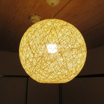和室の趣きを醸し出してくれる照明です。