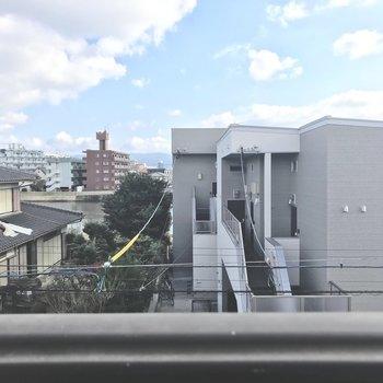 眺望はザ・住宅街。※写真は3階の反転間取り別部屋、モデルルームのものです。