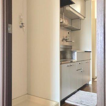 洗濯機とキッチンは隣に置いて。※写真は3階の反転間取り別部屋、モデルルームのものです。