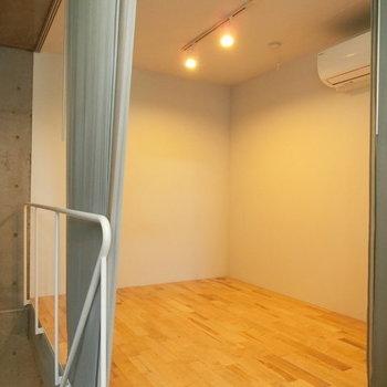 こちらは1階のお部屋 ※写真は同階反転間取りの別部屋