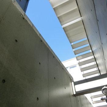 上を見上げると青空が ※写真は同階反転間取りの別部屋