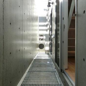 こちらがドライルーム。バルコニーのよう ※写真は同階反転間取りの別部屋