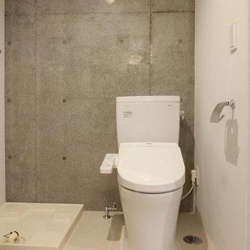 ウォシュレット付トイレと横には洗濯機置き場 ※写真は同階反転間取りの別部屋