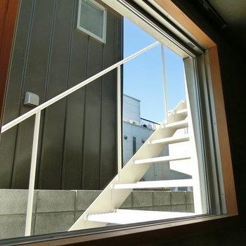 白い階段と青空を映し出す窓 ※写真は同階反転間取りの別部屋