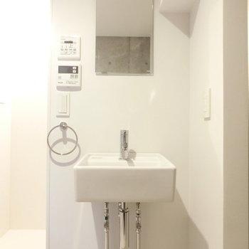 コンパクトな洗面台 ※写真は同階反転間取りの別部屋