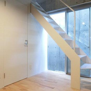 白い階段と窓からの自然光 ※写真は同階反転間取りの別部屋