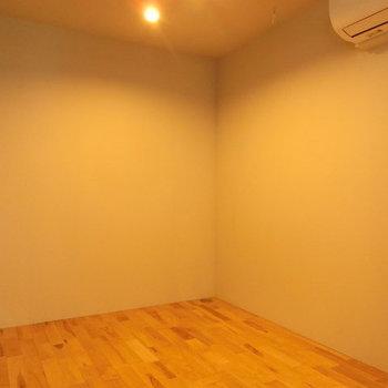 テーブルを置いて、ご飯を食べたいですね ※写真は同階反転間取りの別部屋