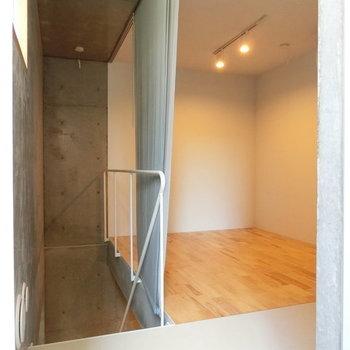 玄関扉を開けるとこの景色 ※写真は同階反転間取りの別部屋