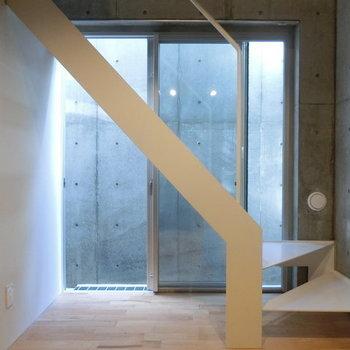 角っとしたこの階段 ※写真は同階反転間取りの別部屋