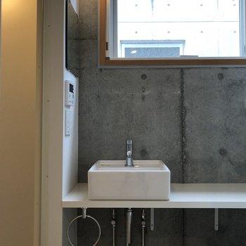 洗面台の左上に鏡がありますよ。髪型チェックばっちり◎