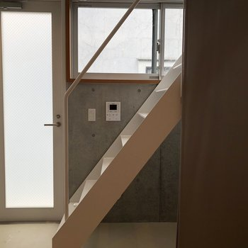 【下階4帖】階段の入り口にすぐ玄関がありますよ