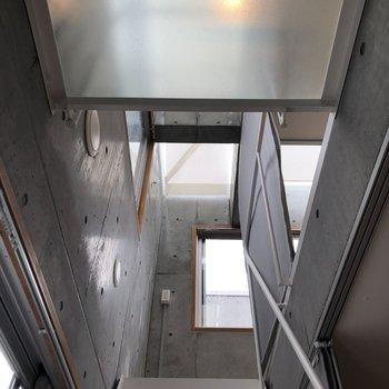 【下階4帖】見上げてみると…かっこいいコンクリート!