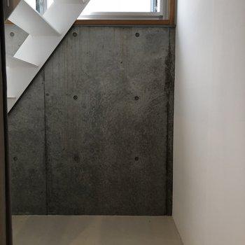 【下階4帖】階段下のスペースを物置に!