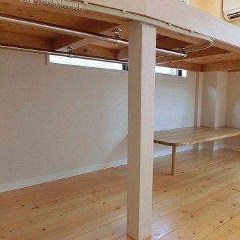 ロフト下は収納&デスクスペース※写真は別室となります。