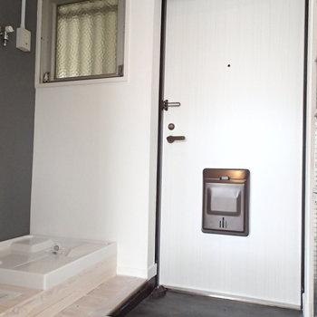 玄関はこちら。洗濯機も玄関スペースに。