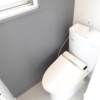 トイレは個室。窓ありがたい!